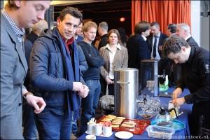 Drukte bij de koffieuitgifte
