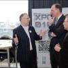 John Smits (organisator XPO010 en Open Coffee Schiedam, links) in gesprek met wethouders Arie Wijten (Wonen en Havens, midden) en Peter Groeneweg (Economische Zaken, rechts)