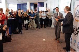 Rik Lagerwij en John Smits, schudden elkaar de hand om de verlenging van het partnership, tussen Rabobank en Open Coffee Schiedam, te bezegelen