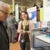 Jolien geeft uitleg over de 3D printer