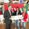 Overhandiging cheque er ondersteuning van jeugdopleiding SVV